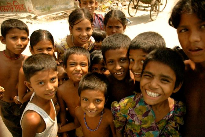 crowd_of_smiling_children_in_bangladesh-671x448